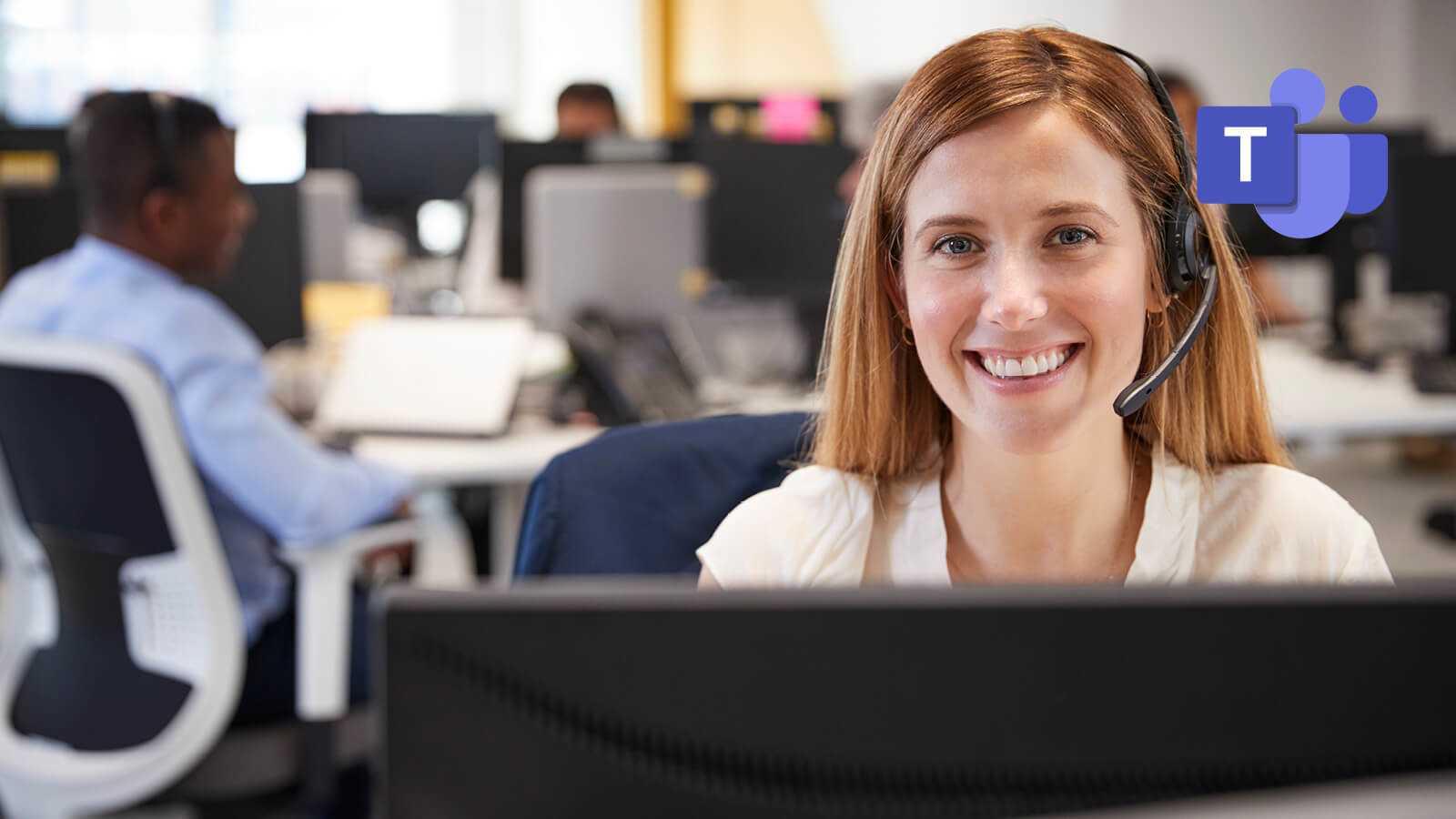 Kvinde der er tilfreds med sit valg at bruge Teams fremfor e-mail