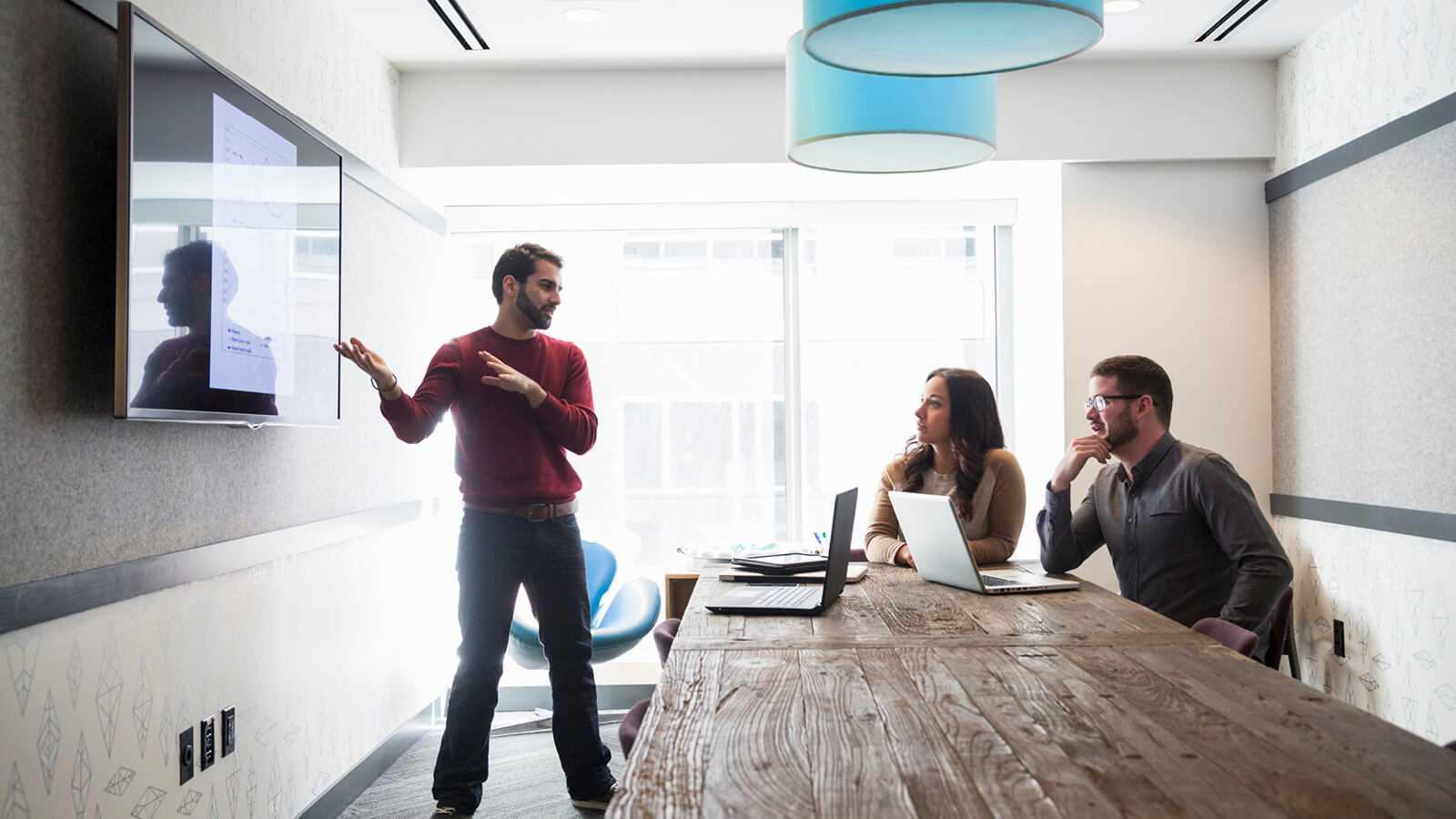 En repræsentant der forklare hans kollegaere hvilke fordele der er ved at være en del at den moderne arbejdsplads