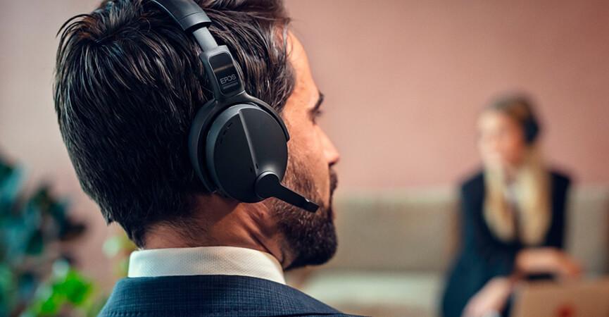 Mand der sidder i møde og snakker på sit EPOS   SENNHEISER Adapt Headset
