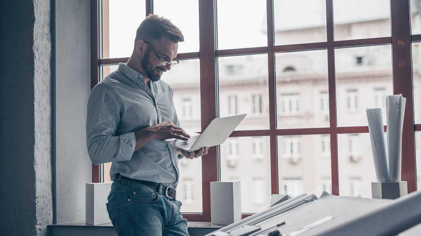 En mand der orrientere sig omkring Microsoft Office 365 nye ikoner