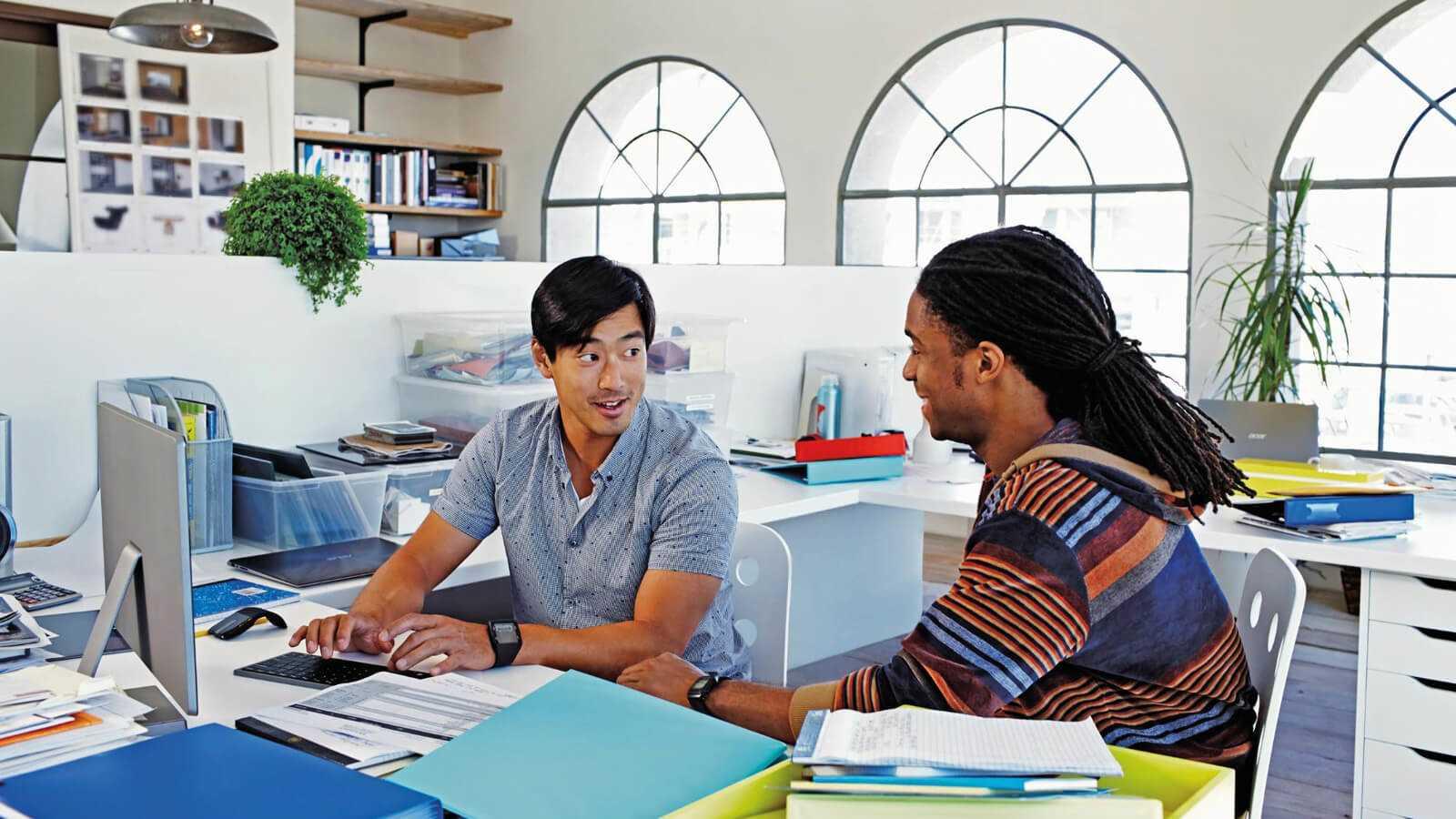 2 mænd der snakker om muligheder for at arbejde hjemmefra