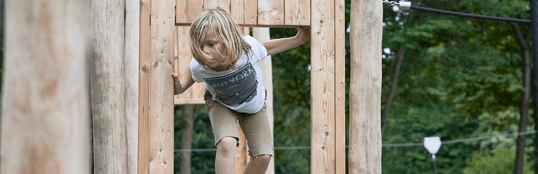Dreng der leger i et legehus der er bygget af Elverdal