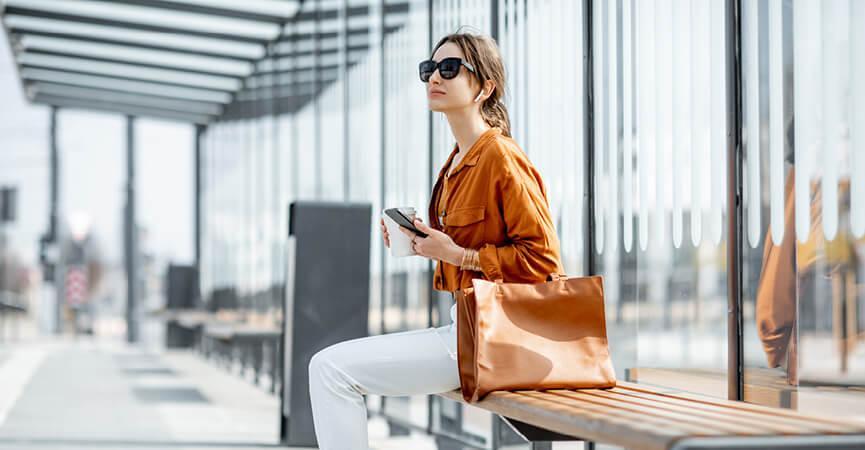 Kvinde der venter på et aflyst tog