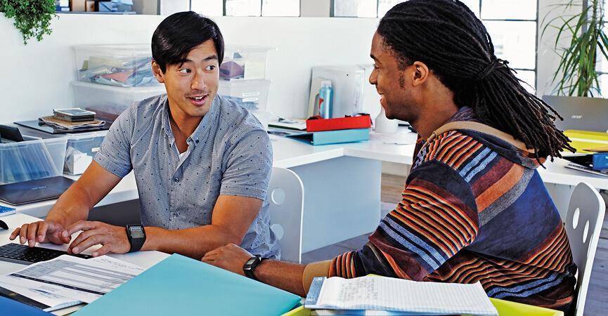 Kollegaer der snakker om deres forhøjet sikkerhed med Microsoft 365
