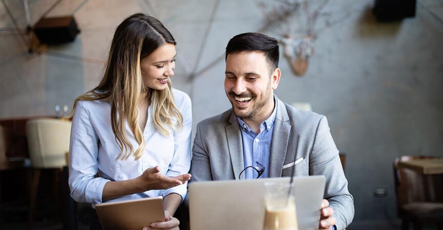 Mand og kvinde der sidder og snakker om den nye løsning fra Microsoft