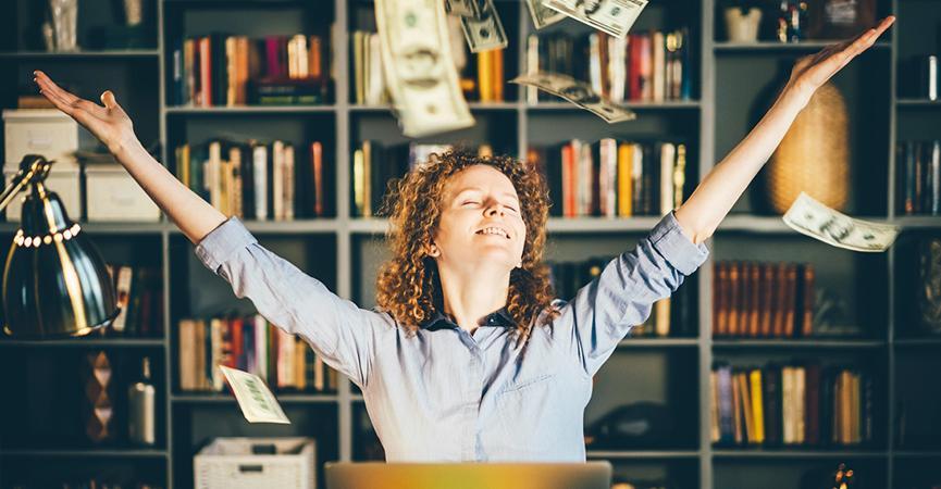 Kvinde der kan se forbedrelserne det har medført at bruge Microsoft 365 og Office 365