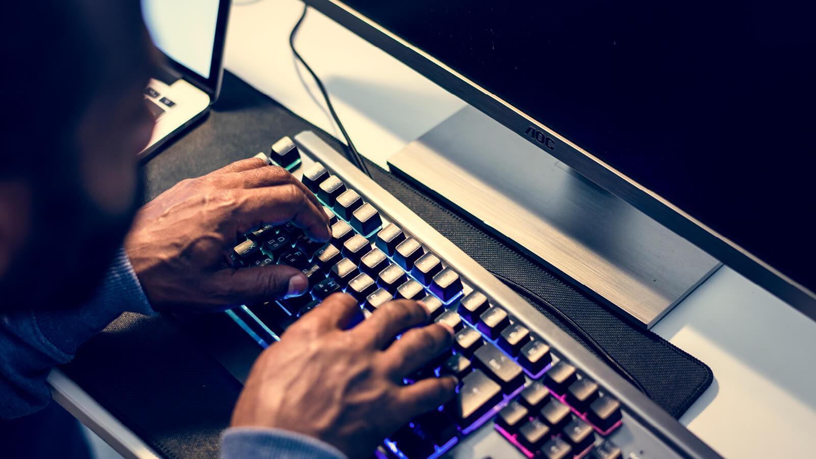 Mand der sidder og prøver at komme ind på din maskine, men kan ikke fordi du har Azure Information Protection