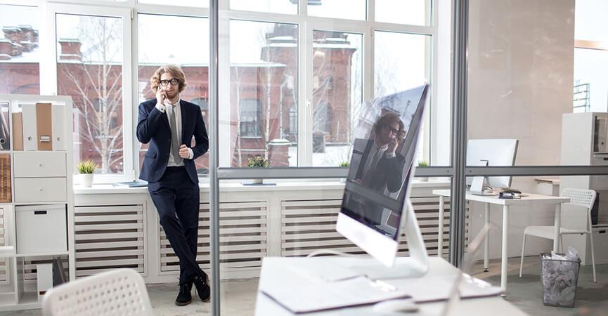 Mand der snakker med hans kunder omkring fordelene ved Microsoft Azure