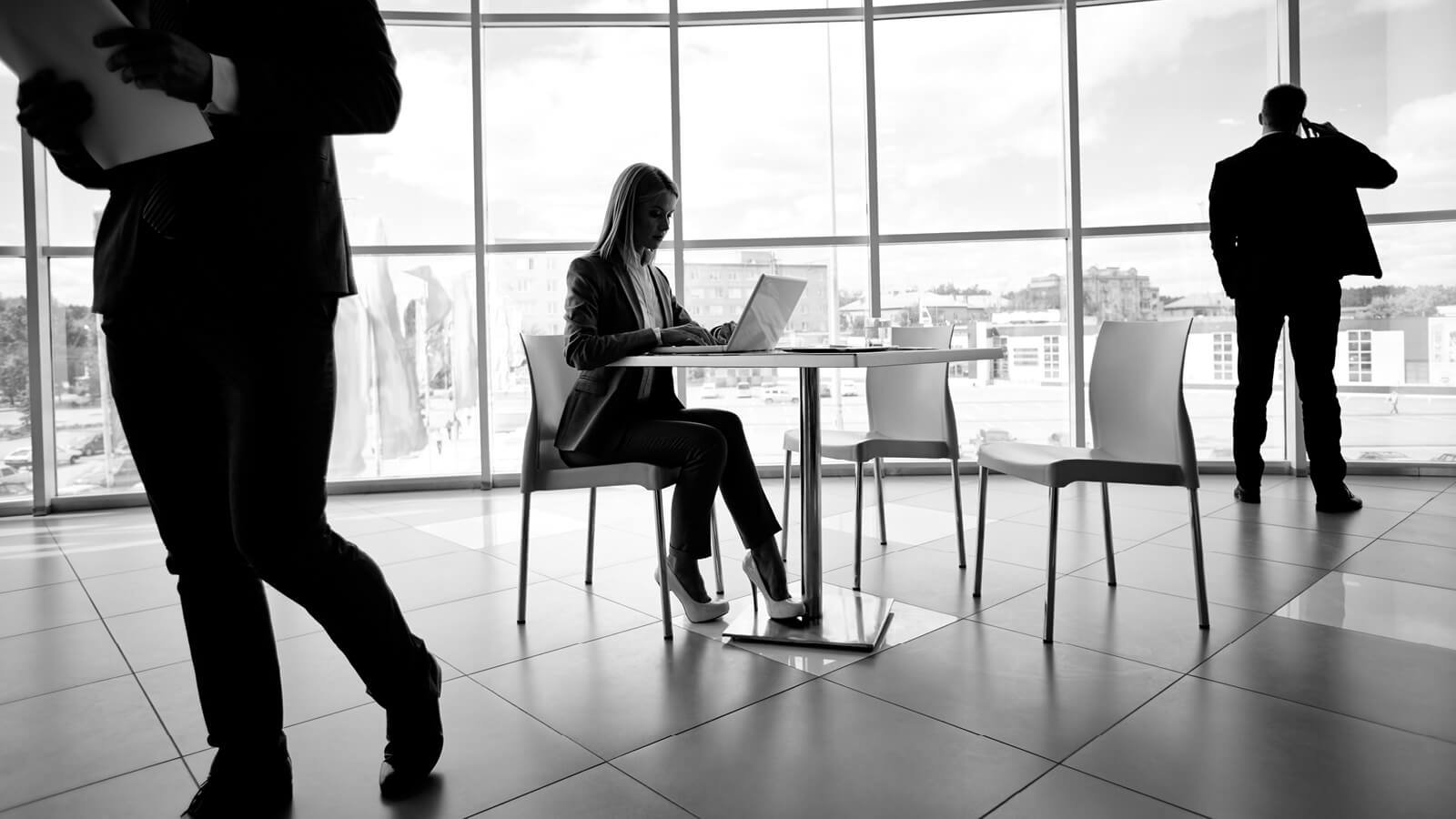 Kvinde der sidder og læser omkring Microsoft Azure