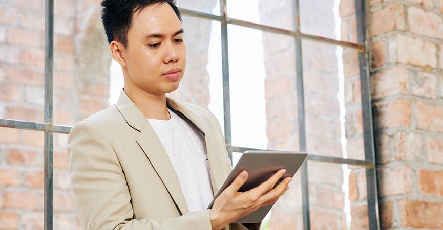 Mand der står og skriver en firma e-mail på hans telefon