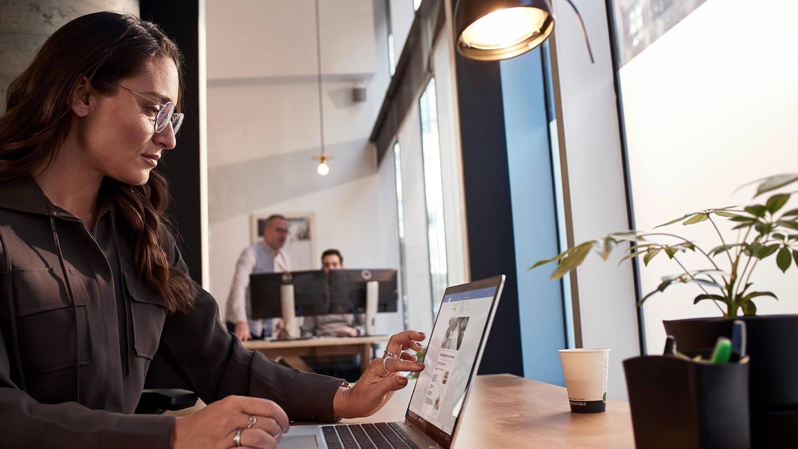 Mand der sidder og holder møde online igennem Microsoft Teams