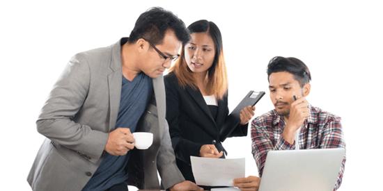 1 konsulent der forklare deres kollegaer om hvad der er bedst for den næste opgave