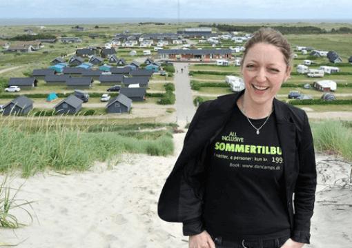 Camilla Dvinge står foran et af hendes campingpladser