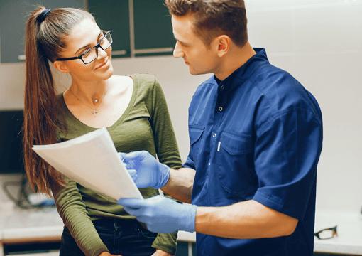 En Tandlæge der er ved at starte sin undersøgelse af deres patient