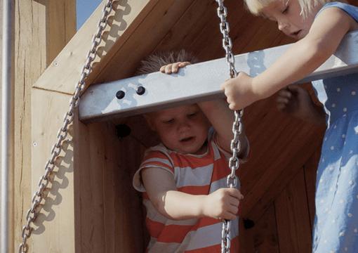 Børn der leger på en legeplads der er tegnet og bygget af Elverdal
