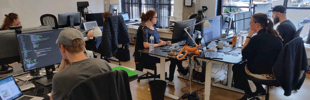 HelpHouse ansatte der sidder på arbejdet